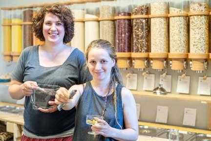Die beiden Betreiberinnen des Glückswinkels in Bremerhaven, Die Geschäftsinhaberinnen Annemarie Bink (links) und Fiona Brinker. Foto: Hartmann